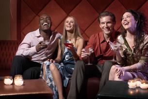 Couples having drinks in barの写真素材 [FYI01992297]