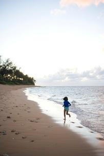 Girl running on beach in Kauaiの写真素材 [FYI01992301]