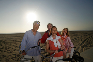 Couples with bicycles on beach boardwalkの写真素材 [FYI01992310]