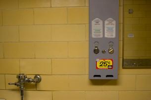 Vending machine in public bathroomの写真素材 [FYI01992327]
