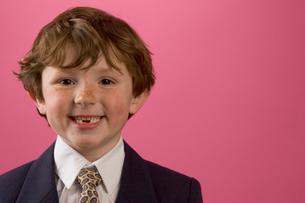 Smiling boy in business suitの写真素材 [FYI01992330]