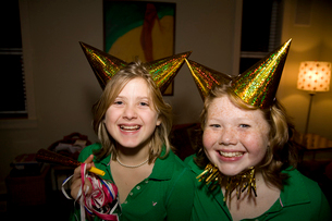 Two girls wearing party hatsの写真素材 [FYI01992360]