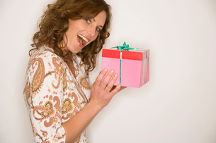 Curious woman with giftの写真素材 [FYI01992379]