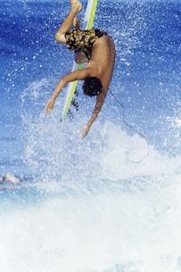 Surfer falling into wavesの写真素材 [FYI01992380]