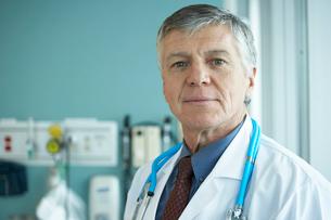 Male doctor in hospitalの写真素材 [FYI01992390]