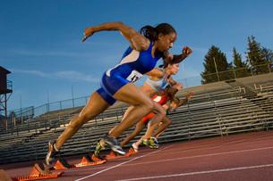 Female athletes running on trackの写真素材 [FYI01992393]