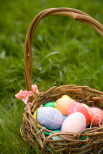 Easter egg basketの写真素材 [FYI01992412]