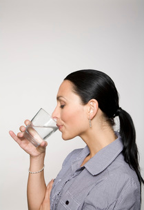 Woman drinking glass of waterの写真素材 [FYI01992523]