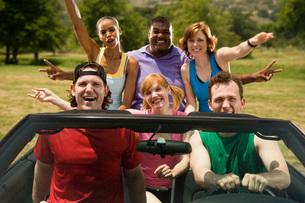friends riding in carの写真素材 [FYI01992537]