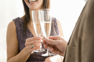 Couple toasting with champagneの写真素材 [FYI01992540]