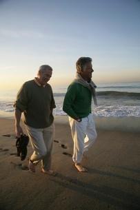 Senior men walking barefoot on the beachの写真素材 [FYI01992602]