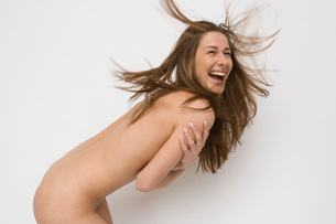 Nude woman covering herselfの写真素材 [FYI01992629]
