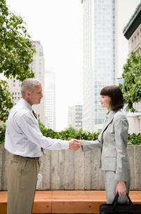 people shaking handsの写真素材 [FYI01992630]