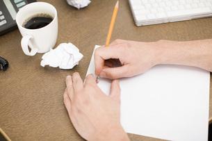 Businessman erasing on paperworkの写真素材 [FYI01992638]