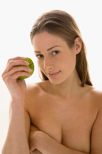 Nude woman eating an appleの写真素材 [FYI01992639]