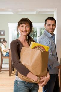 Woman carrying grocery bagの写真素材 [FYI01992676]