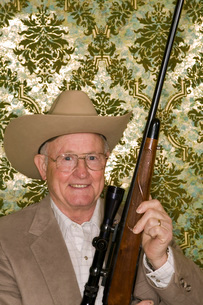 Man holding rifleの写真素材 [FYI01992758]