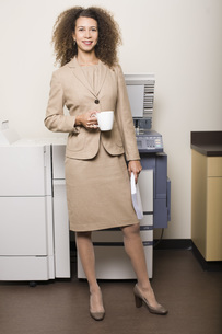 businesswoman in front of copy machineの写真素材 [FYI01992761]