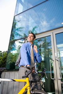 man pushing bicycleの写真素材 [FYI01992785]