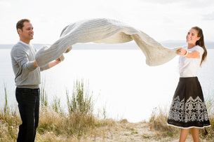 Couple shaking out blanketの写真素材 [FYI01992786]