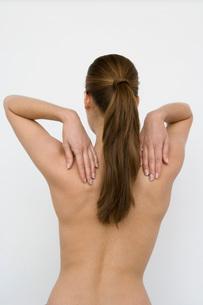 Nude woman touching shouldersの写真素材 [FYI01992810]