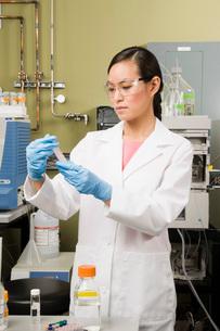 scientist examining vialの写真素材 [FYI01992826]