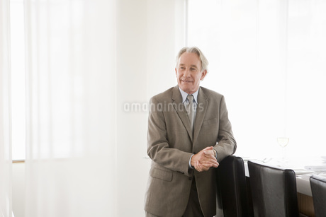 businessman leaning on chairの写真素材 [FYI01992852]