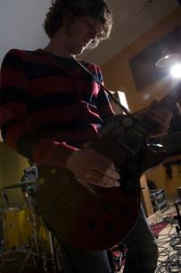 Guitarist playing in recording studioの写真素材 [FYI01992872]