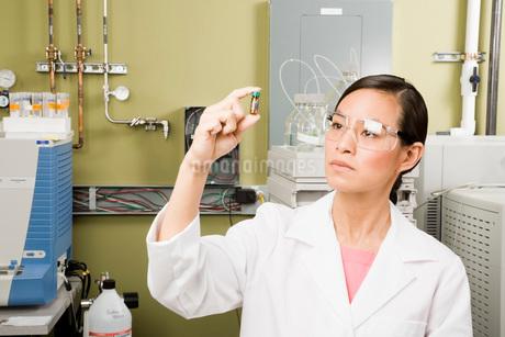 scientist examining vialの写真素材 [FYI01992896]