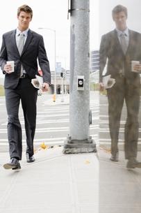 Businessman walking on sidewalkの写真素材 [FYI01992946]