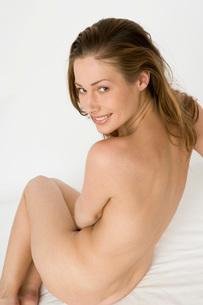 Nude woman looking over her shoulderの写真素材 [FYI01992952]