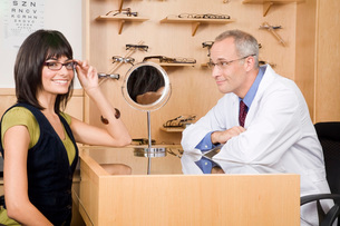 Male optician with woman in officeの写真素材 [FYI01992985]