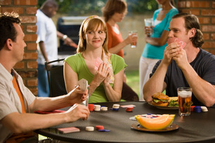Friends playing poker outdoorsの写真素材 [FYI01993000]