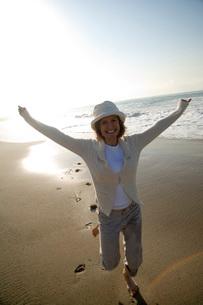 woman running on the beachの写真素材 [FYI01993010]