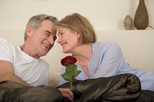 man kissing his wifeの写真素材 [FYI01993011]