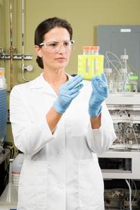 scientist examining vialsの写真素材 [FYI01993022]