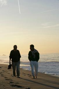 Senior men walking on the beachの写真素材 [FYI01993032]