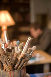 Bucket of paintbrushesの写真素材 [FYI01993039]