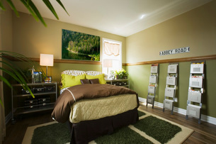 Boys Bedroom in Green and Brownの写真素材 [FYI01993091]