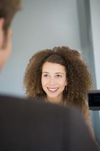 businesswoman greeting customerの写真素材 [FYI01993096]