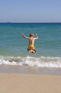 boy jumping in oceanの写真素材 [FYI01993108]