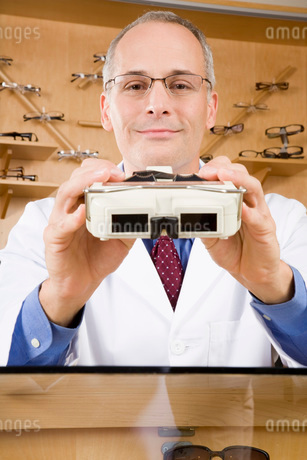 Male optician holding diagnostic toolの写真素材 [FYI01993112]