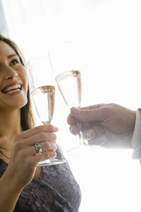 Couple toasting with champagneの写真素材 [FYI01993122]