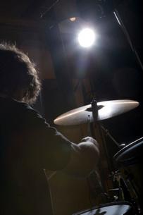 Drummer playing in recording studioの写真素材 [FYI01993137]