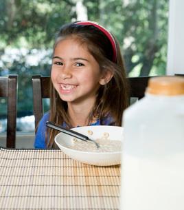 Girl eating breakfastの写真素材 [FYI01993166]