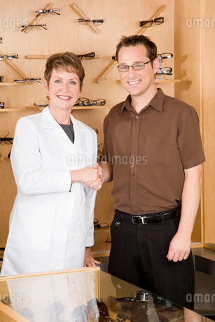 optician shaking hands with manの写真素材 [FYI01993169]