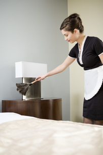 Maid dusting night standの写真素材 [FYI01993181]