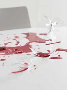 Broken wineglass and wine on tableの写真素材 [FYI01993231]