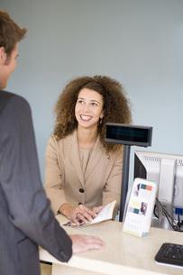 businesswoman assisting customerの写真素材 [FYI01993265]