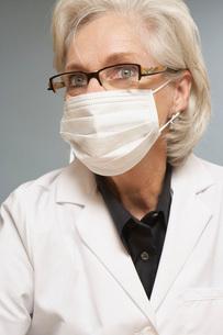 Female scientist wearing maskの写真素材 [FYI01993307]
